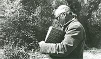 Fernando Zóbel tomando apuntes en Cuenca, c 1982 © Rafael Pérez-Madero