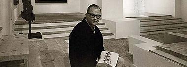Fernando Zóbel en la sala grande del Museo de Arte Abstracto Español de Cuenca en 1966. Foto: Archivo Fundación Juan March