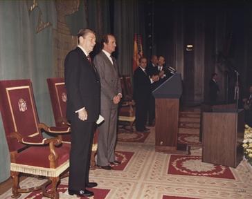 De izda. a drcha: Ronald Reagan, Don Juan Carlos de Borbón, Fernando Morán, Claudio Boada y Georges Shultz.