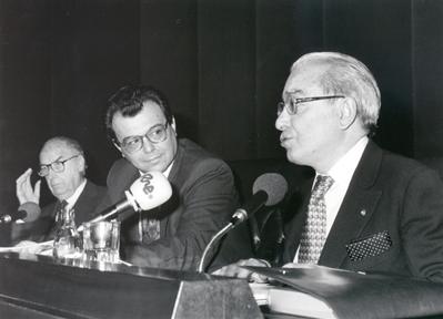 De izda. a drcha.: Francisco Ynduráin, Francisco Ibáñez (moderador) y Jesús Aguirre