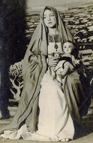 Catalina Bárcena interpretando la pantomima Navidad. Teatro Eslava, 1916. Luis Bagaría (fotografía)
